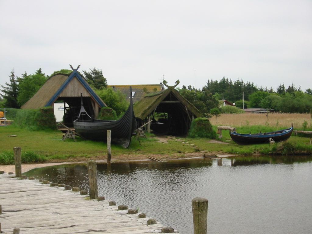 Gebäude mit Schiff in Bork Vikingehavn