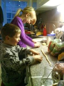 Teigwürste für Osternester formen