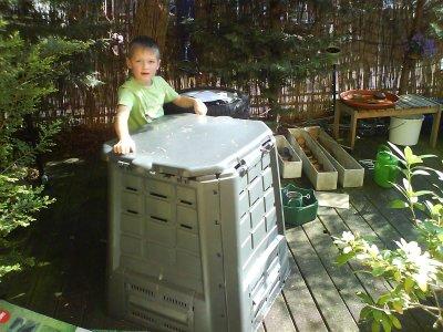 Wölfchen baute den Komposter zusammen