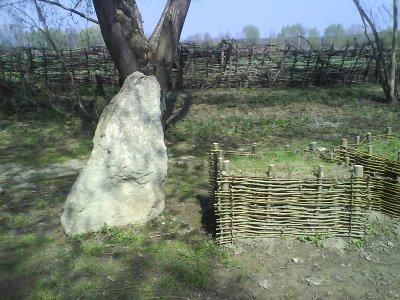 Steinernes Idol mit Plaggenaltar (rechts)