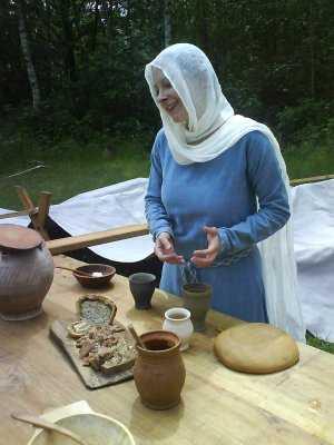 Ein Mitglied der IG Wolf erläutert mittelalterliches Essen