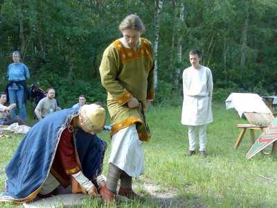 Der Fürst legt dem künftigen Ritter den rechten Sporen an