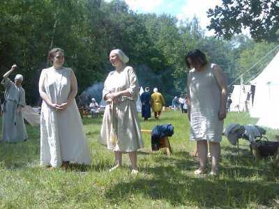 """Die """"Models"""" in Unterwäsche - links die Adlige, rechts eine Bauersfrau, die Moderatorin in der Mitte"""